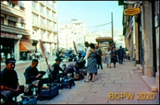 Centrum miasta, grupa czyścibutów przy jednej z ulic, Ateny, Grecja