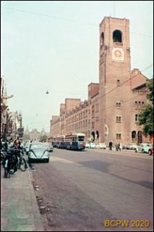 Giełda Berlage przy ulicy Damrak w centrum miasta, widok na wieżę zegarową, Amsterdam, Niderlandy