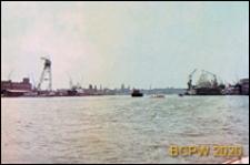 Widok z barki na port położony nad brzegiem dawnej zatoki IJ oraz Kanału Morza Północnego, Amsterdam, Niderlandy