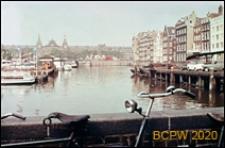 Port przy dworcu kolejowym, widok z mostu, Amsterdam, Niderlandy