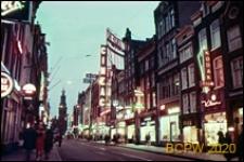 Ulica Amstelstraat w oświetleniu nocnym, Amsterdam, Niderlandy