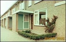 Osiedle mieszkaniowe w dzielnicy Slotervaart w zachodniej części miasta, jednorodzinne domy mieszkalne w układzie szeregowym, wejście do jednego z domów, Amsterdam, Niderlandy