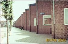 Osiedle mieszkaniowe w dzielnicy Slotervaart w zachodniej części miasta, jednorodzinne domy w układzie szeregowym z łamaną linią dachów przy ulicy Andries Snoekstraat, Amsterdam, Niderlandy