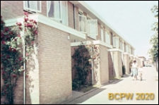 Osiedle mieszkaniowe w dzielnicy Slotervaart w zachodniej części miasta, piętrowe domy mieszkalne w układzie szeregowym, widok zewnętrzny, Amsterdam, Niderlandy