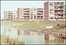 Osiedle mieszkaniowe w dzielnicy Slotervaart w zachodniej części miasta, pięciokondygnacyjne budynki mieszkalne, widok od strony kanału, Amsterdam, Niderlandy