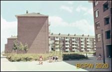 Osiedle mieszkaniowe w dzielnicy Slotervaart w zachodniej części miasta, widok od strony podwórka na pięciokondygnacyjne budynki mieszkalne, Amsterdam, Niderlandy