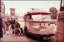 Autobus-amfibia na ulicy miasta, Amsterdam, Niderlandy