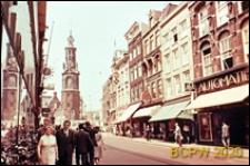 Wieża zegarowa, widok od strony jednej z ulic miasta, Amsterdam, Niderlandy