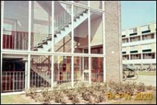 Osiedle mieszkaniowe, wewnętrzna klatka schodowa w budynku mieszkalnym, Hilversum, Niderlandy