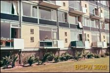 Osiedle mieszkaniowe, fragment elewacji czterokondygnacyjnego budynku mieszkalnego, Hilversum, Niderlandy