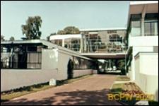 Sanatorium Zonnestraal, przeszklone połączenie między pawilonami na poziomie drugiej kondygnacji, Hilversum, Niderlandy