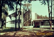 Sanatorium Zonnestraal, pawilon, widok naroża budynku z wejściem, Hilversum, Niderlandy