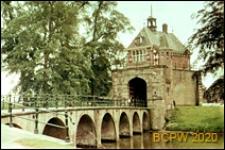 Brama wschodnia w murach i most przez kanał, Hoorn, Niderlandy