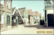 Fragment starej zabudowy mieszkaniowej wzdłuż ulicy, Marken, Niderlandy