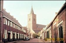 Uliczka z widokiem na kościół św. Wita, Naarden, Niderlandy