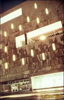 Neony na fasadzie budynku w centrum miasta, Rotterdam, Niderlandy