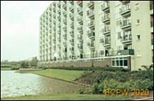 Wielokondygnacyjny budynek mieszkalny, widok od strony stawu, Rotterdam, Niderlandy