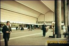 Dworzec Centralny, wnętrze hali, widok na punkty obsługi pasażerów i miejsce przechowywania bagażu, Rotterdam, Niderlandy