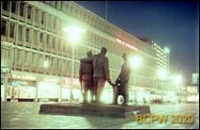 Pomnik Wszystkich Poległych, widok ogólny w oświetleniu nocnym, Rotterdam, Niderlandy