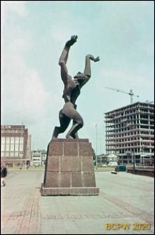 """Pomnik """"Miasto z wydartym sercem"""" na nabrzeżu portowym, Rotterdam, Niderlandy"""