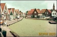 Ciąg domów jednorodzinnych wzdłuż kanału, Volendam, Niderlandy