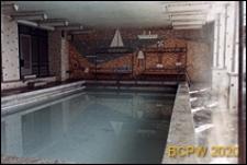 Kryta pływalnia, widok wnętrza z mozaiką na ścianie, Kielce