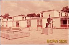 Dom Akademicki II, widok na dziedziniec z rzeźbą plenerową, Berlin, Niemcy