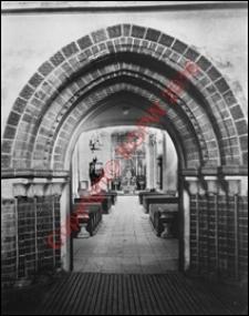 Kościół pw. Najświętszego Serca Pana Jezusa i Matki Boskiej Pocieszena. Wnętrze. Portal gotycki. Widok z przed 1939 roku. Poznań