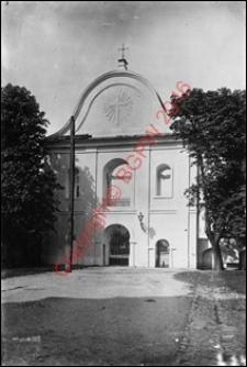 Kościół pw. św. Trójcy. Widok na bramę-dzwonnicę z przed 1939 roku. Radzyń Podlaski