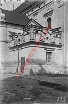 Kościół parafialny św. Trójcy. Widok fragmentu fasady bocznej i zakrystii z przed 1939 roku. Radzyń Podlaski