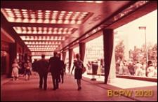 Główny plac miasta Broadgate, podcień budynku, Coventry, Anglia, Wielka Brytania