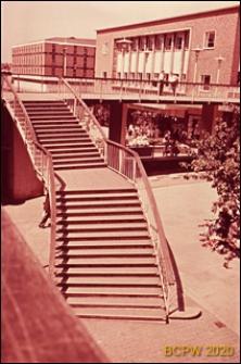 Dwupoziomowe przejście dla pieszych w obrębie zabudowy mieszkaniowej, fragment ze schodami, Coventry, Anglia, Wielka Brytania