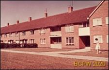Osiedle mieszkaniowe, domy szeregowe jednopiętrowe, widok zewnętrzny, Crawley, Anglia, Wielka Brytania