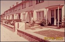 Osiedle mieszkaniowe, domy szeregowe jednopiętrowe, widok od strony uliczki dla pieszych, Crawley, Anglia, Wielka Brytania