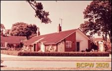Zabudowa mieszkaniowa, domy bliźniacze parterowe, widok od strony ulicy, Crawley, Anglia, Wielka Brytania