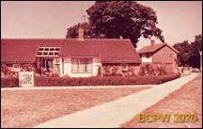 Zabudowa mieszkaniowa, domy bliźniacze parterowe, widok od strony uliczki dla pieszych, Crawley, Anglia, Wielka Brytania