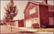 Dom mieszkalny jednopiętrowy, widok naroża budynku, Crawley, Anglia, Wielka Brytania