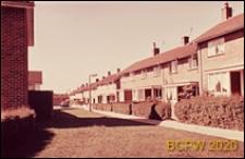 Uliczka dla pieszych w osiedlu, Crawley, Anglia, Wielka Brytania