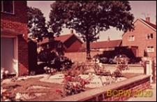 Fragment zabudowy osiedla, ogród przed domem, Crawley, Anglia, Wielka Brytania