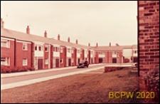 Osiedle mieszkaniowe, domy szeregowe jednopiętrowe, widok od strony ulicy, Harlow, Anglia, Wielka Brytania