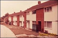 Domy jednopiętrowe w zabudowie szeregowej, uliczka dla pieszych, Harlow, Anglia, Wielka Brytania