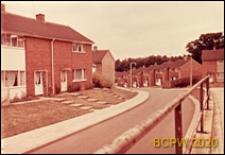 Ulica w osiedlu, domy szeregowe jednopiętrowe, Harlow, Anglia, Wielka Brytania