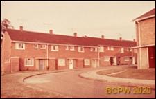 Domy jednopiętrowe w zabudowie szeregowej, widok od strony ulicy osiedlowej, Hatfield, Anglia, Wielka Brytania