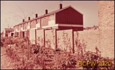 Zabudowa mieszkaniowa, fragment muru połączonego z domami w zabudowie szeregowej, Hatfield, Anglia, Wielka Brytania