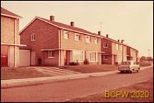 Domy bliźniacze jednopiętrowe, widok od strony ulicy, Hatfield, Anglia, Wielka Brytania