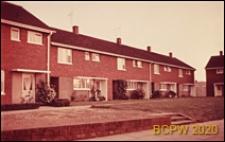 Domy szeregowe jednopiętrowe, widok od strony ulicy, Hatfield, Anglia, Wielka Brytania