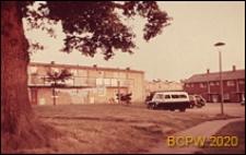 Fragment osiedla mieszkaniowego, parking przed domem osiedlowym, Hatfield, Anglia, Wielka Brytania