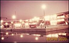 Centralny ośrodek handlowy, widok w nocy, Hatfield, Anglia, Wielka Brytania