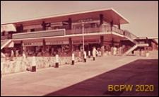 Centralny ośrodek handlowy, widok naroża budynku od strony dziedzińca, Hatfield, Anglia, Wielka Brytania