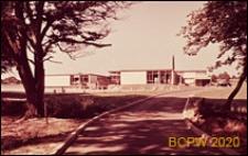 Szkoła I stopnia, widok ogólny od strony drogi prowadzącej do szkoły, Hatfield, Anglia, Wielka Brytania